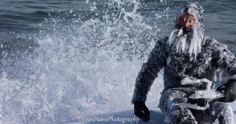 Ce surfeur défie le vortex polaire sur un lac par des températures atteignant -30°C