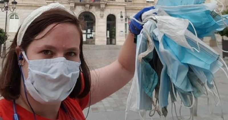 Pour rentrer du travail, une femme marche 7 km et en profite pour ramasser les masques jetés par terre