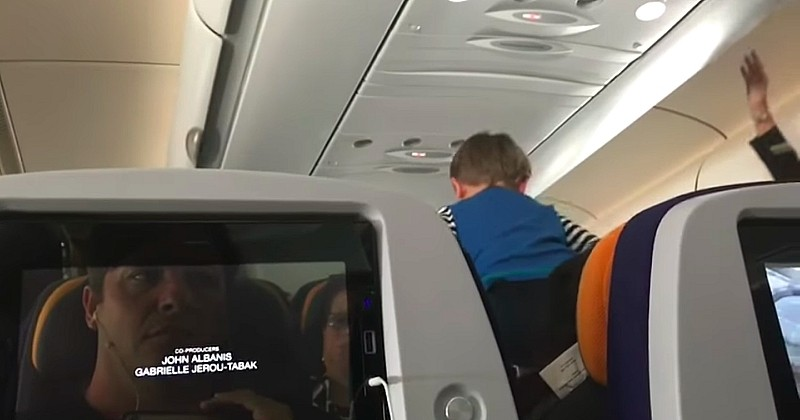 Il a fait 8 heures de vol à côté d'un enfant qui ne faisait que crier, et a filmé son cauchemar