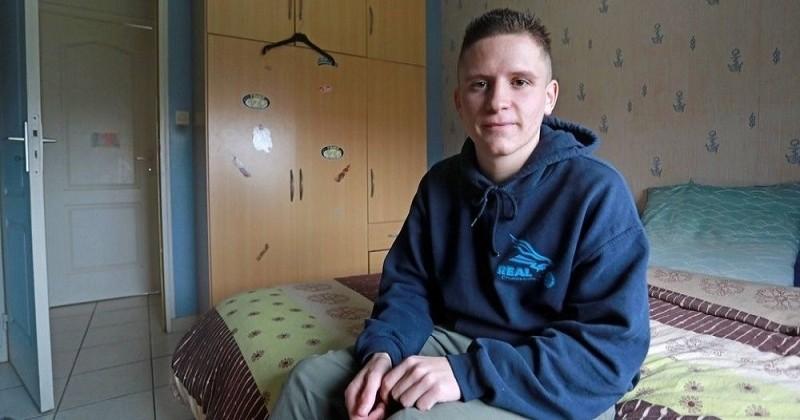 Atteint d'un syndrome très rare, cet adolescent de 17 ans a dormi 23 heures par jour pendant 7 mois