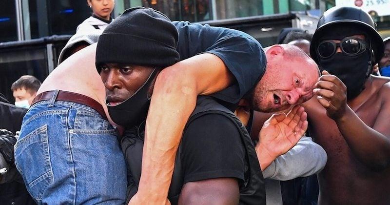 Lors d'une manifestation, un homme noir a sauvé un militant d'extrême-droite d'un lynchage