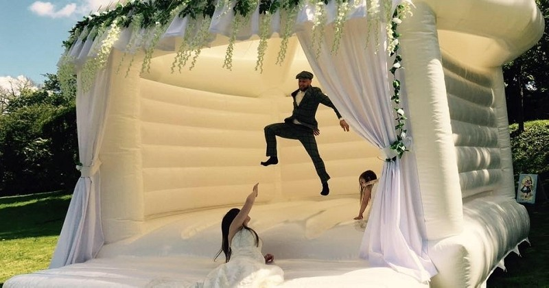 Pour les futurs mariés qui sont encore de grands enfants, voici le château gonflable spécial mariage
