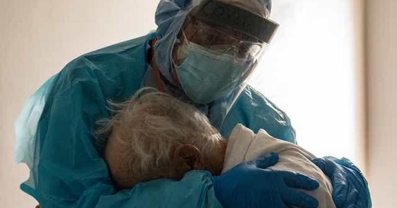 Cette photo poignante d'un médecin enlaçant un patient âgé atteint du Covid-19 devient virale