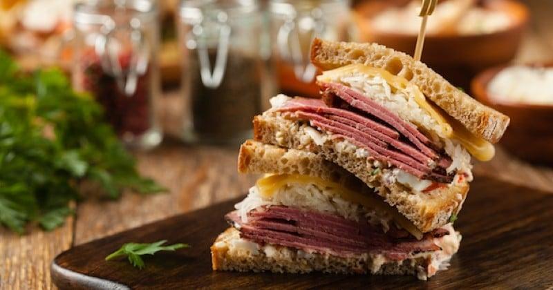 Préparez le sandwich Reuben, idéal pour les grosses faims !