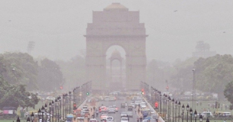 À New Delhi, les écoles ferment à cause de la pollution étouffante de l'air qui assombrit la ville