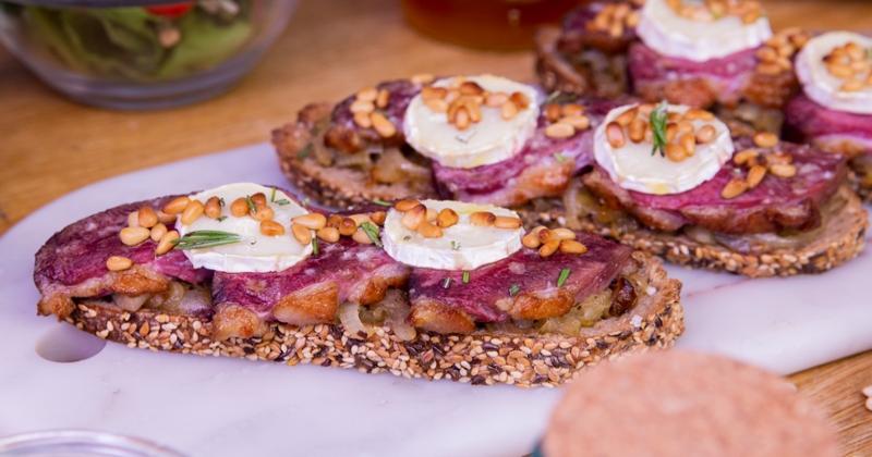 Essayez nos croustillantes tartines de magret de canard du Sud-Ouest, chèvre et oignons