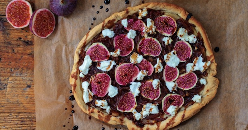tarte aux oignons, figues et fromage de chèvre
