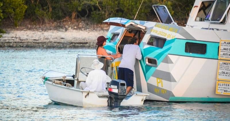 Ils quittent leurs jobs à New York et ouvrent un bateau pizzeria dans les Caraïbes