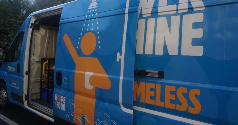 Une association anglaise dévoile la première douche mobile pour les sans-abri
