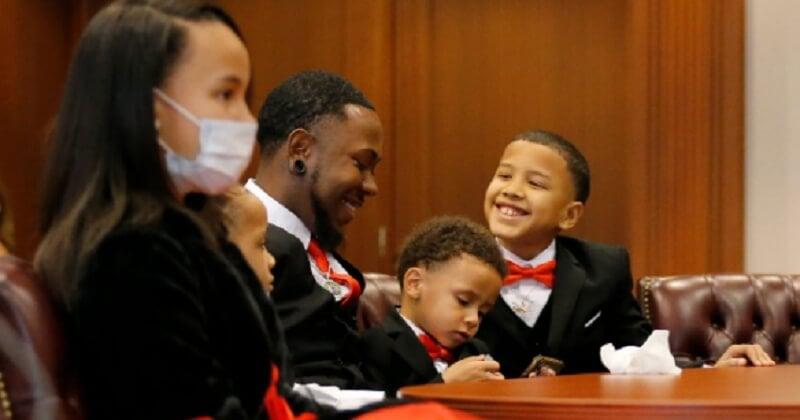Un père célibataire a adopté cinq frères et sœurs pour ne pas qu'ils soient séparés