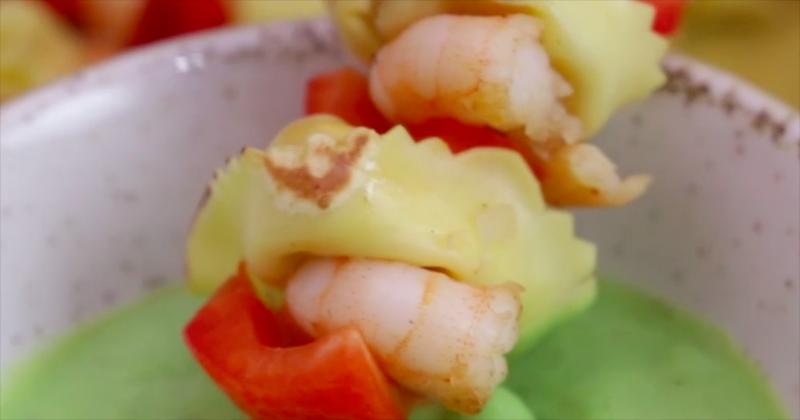 On adore ces brochettes de Crevettes, de Poivrons et de Tortellini façon Paella Giovanni Rana avec leur sauce de petits pois !