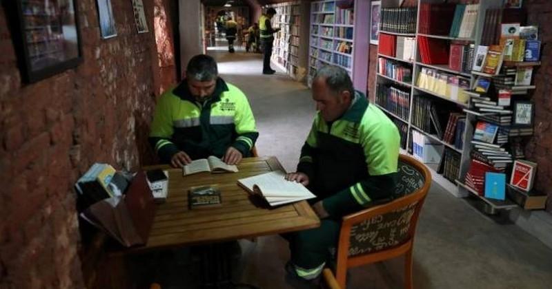 Des éboueurs offrent une seconde vie aux livres qu'ils ont trouvés, abandonnés par leur propriétaire et créent une bibliothèque pour les partager