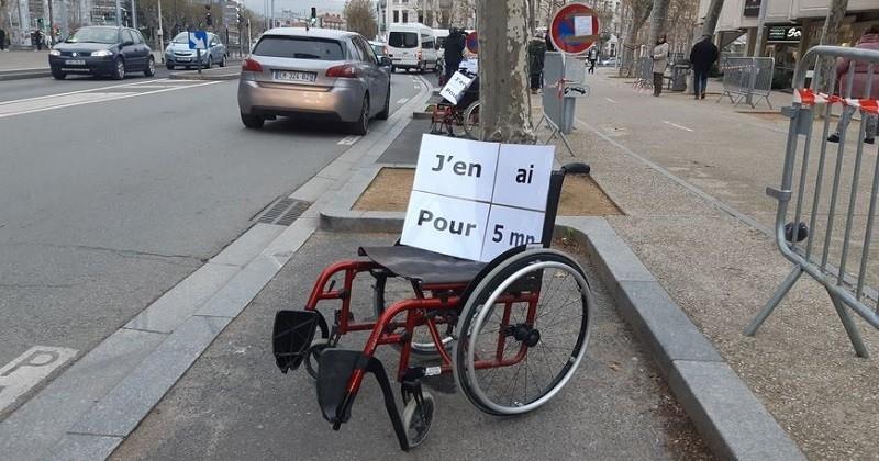 Des fauteuils roulants stationnent au milieu d'un parking pour sensibiliser les incivilités des automobilistes