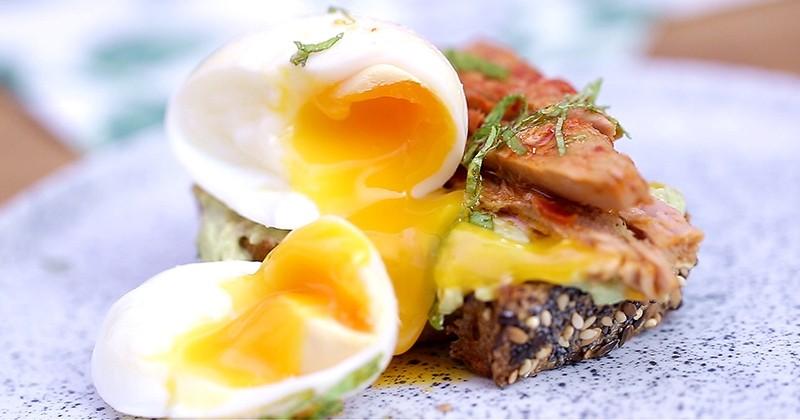 Préparez un brunch rapide mais terriblement savoureux, avec notre bruschetta au filet de thon, tomates et piment d'Espelette, avocat et œuf mollet