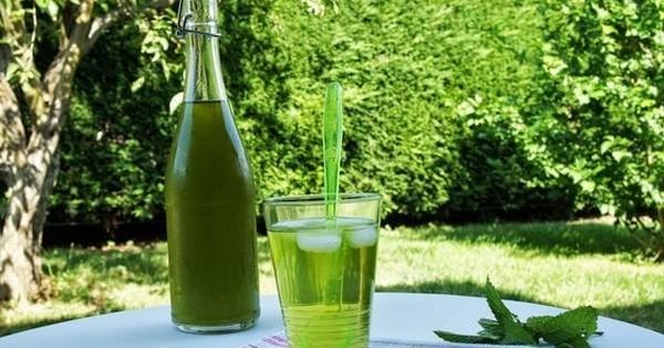 Faites votre propre sirop de menthe maison, moins calorique et tout aussi délicieux !