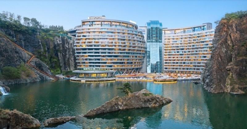 En Chine, on a construit un hôtel souterrain dans une carrière de pierres avec des chambres sous-marines !