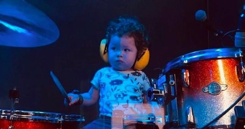 À seulement 2 ans, ce petit garçon est déjà un vrai batteur