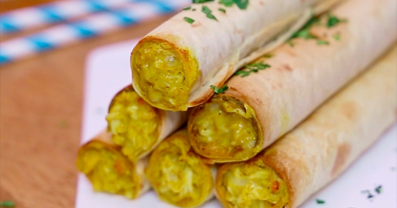Succombez à la gourmandise de ces cigarillos au poulet, au fromage, au curry et à la sauce TABASCO® Vert et surprenez tout le monde à l'apéro!
