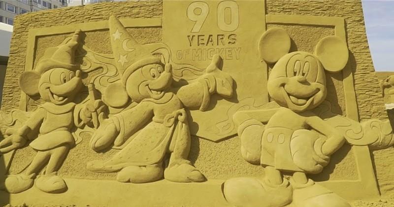 Des sculptures de personnages de Disney faites avec du sable