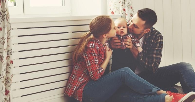 Une pétition de 160 célébrités et anonymes demande un congé paternité égal ou proche de celui des femmes
