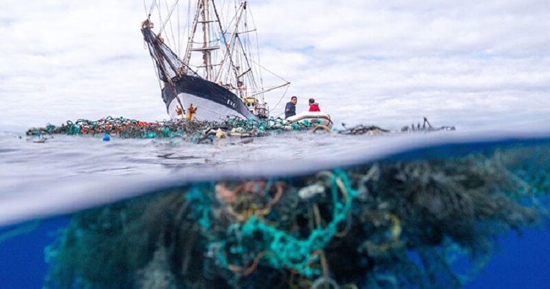 Un équipage a battu le record du plus grand nettoyage en mer en récupérant 103 tonnes de déchets plastiques
