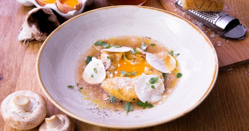 La raviole à la ricotta et à l'oeuf parfumée au café: une recette du chef Denny Imbroisi pour découvrir le vrai goût de l'Italie!