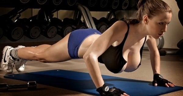 quand on est une fille  u00e0 forte poitrine on vit forc u00e9ment ces 11 situations en faisant du sport
