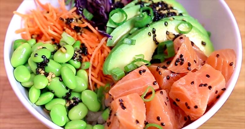 poke bowl au saumon, au riz et à la sauce tabasco !