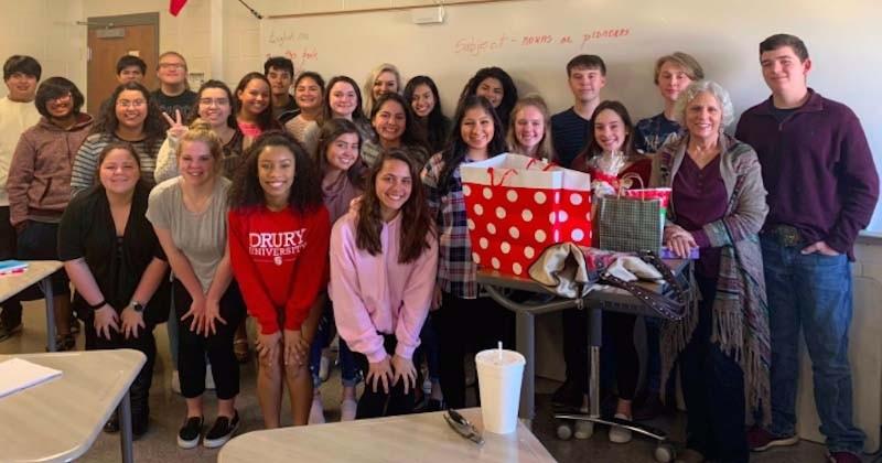 Des élèves font une surprise grandiose à leur professeur qui avait confessé qu'elle passait Noël toute seule