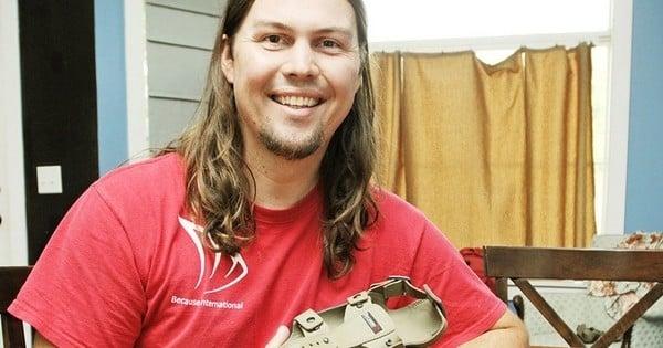 un homme invente une chaussure pour enfant qui peut tenir 5 ans et faire 5 tailles diff rentes. Black Bedroom Furniture Sets. Home Design Ideas