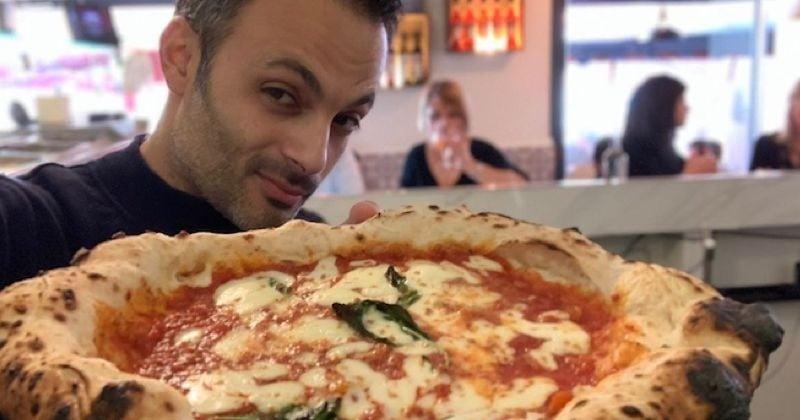 Un pizzaïolo fait une pâte à pizza avec du rosé !