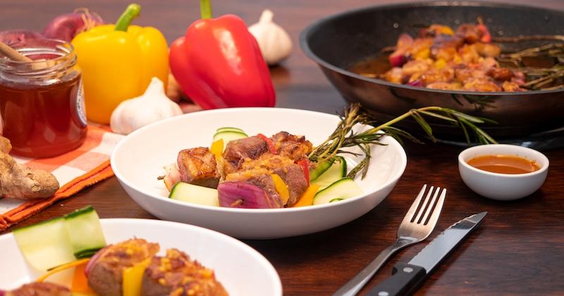 Cuisinez de succulentes brochettes de Magret à la sauce à l'orange spicy, poivrons et oignons rouges