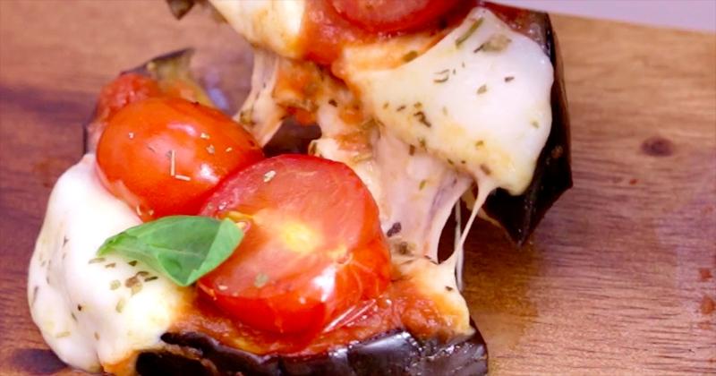 Délicieuses pour l'apéro, ces mini-pizzas d'aubergines à la mozzarella et à la sauce Tomapizza Tomates & Origan Panzani sont irrésistibles