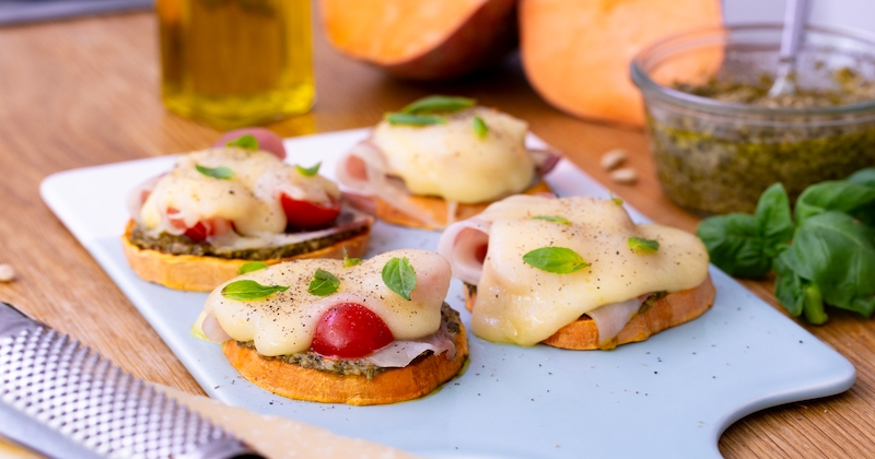 Pour l'apéro, découvrez la tartine de patate douce au jambon cru et aux tomates cerises!