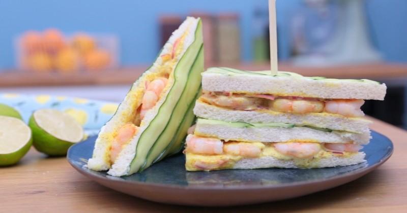 club sandwich aux crevettes et concombres