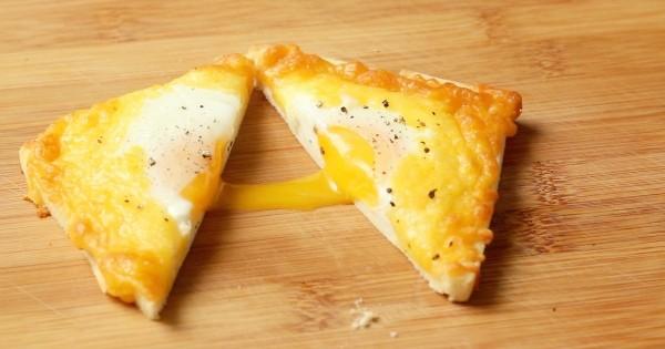Recette : réalisez des toasts au fromage et aux oeufs coulants originaux pour votre premier petit-déjeuner 2016 ! Trop facile...