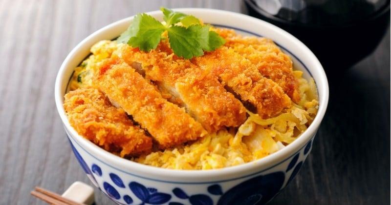 Katsudon version poulet, plat japonais à base de riz et de poulet frit