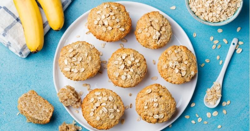 Préparez d'originaux muffins à la banane et à la carotte, une gourmandise délicieuse, rapide et peu sucrée!