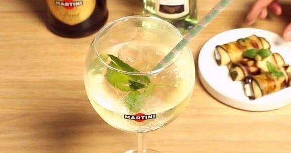 cocktail Martini® Royale et aubergines roulées à la ricotta et au jambon de Parme