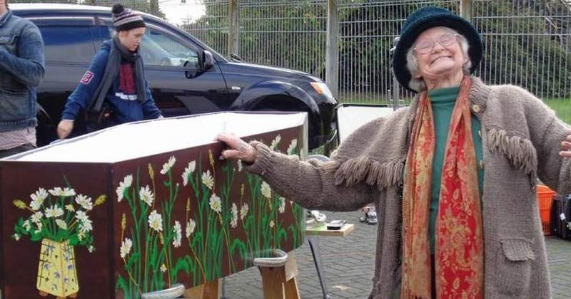 Quand d'autres font des clubs de pétanque ou de tarot, ces personnes âgées se retrouvent chaque semaine pour construire ensemble leurs propres cercueils