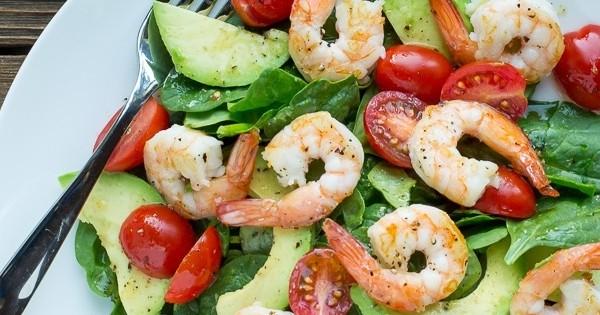 salade d'été aux crevettes et à l'avocat