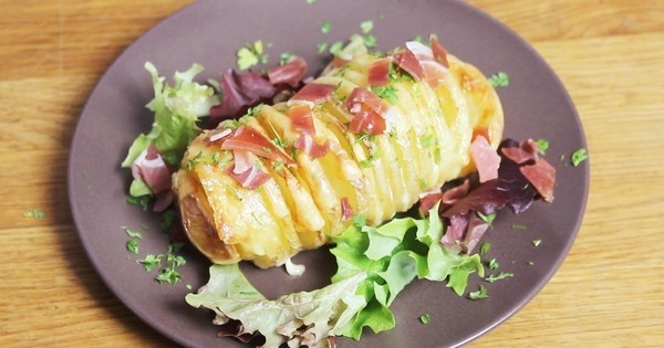 On ne résiste pas aux pommes de terre garnies au fromage... les Hasselback Potatoes sont un vrai régal !