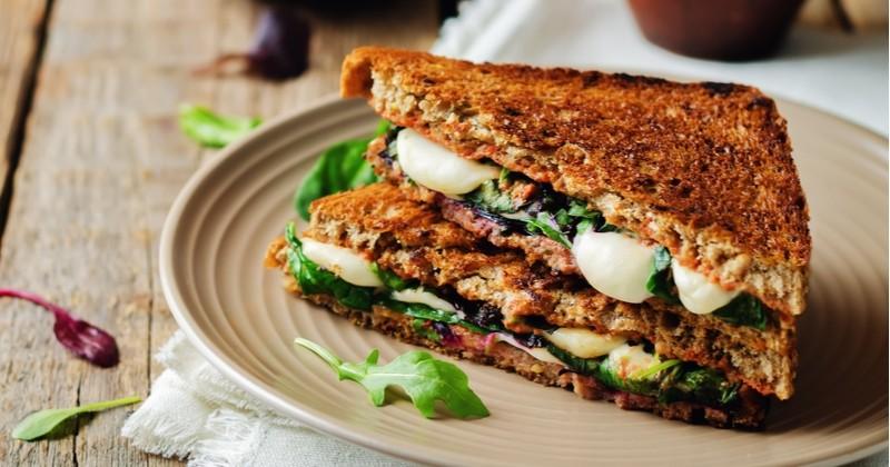 Club sandwich au bœuf sauce au camembert coulant