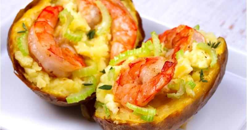 Étonnez vos convives avec cette recette de pommes de terre farcies aux crevettes!