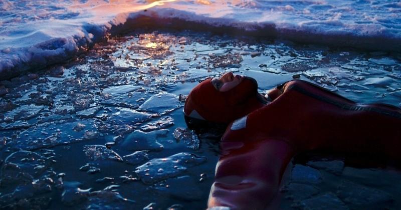 Faire la planche sur un lac quasi gelé pour observer les aurores boréales, la nouvelle expérience qui fait sensation