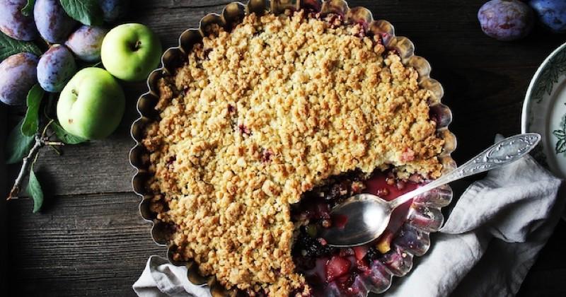 crumble aux pommes et aux prunes