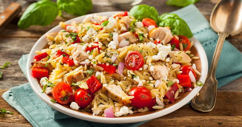 Salade d'orzo au poulet à la grecque