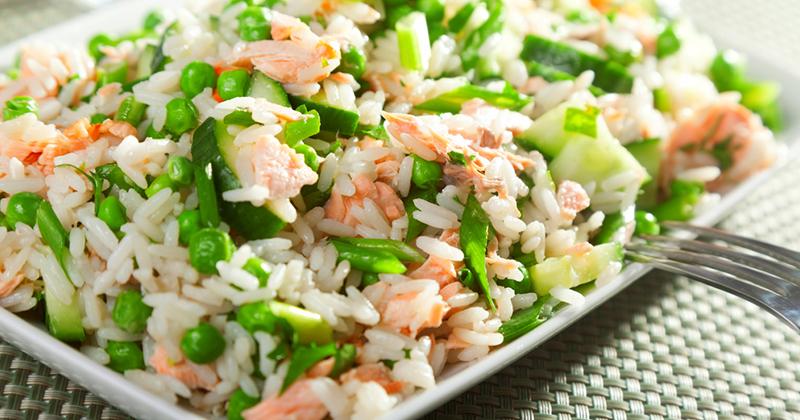 Salade de riz au saumon, petits pois et concombre