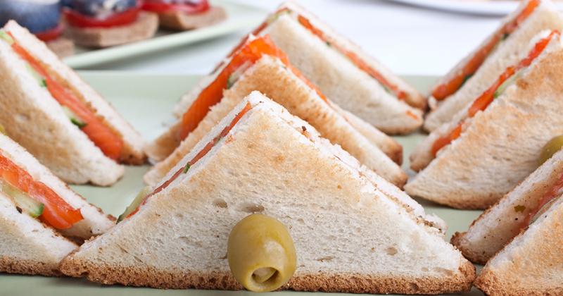 Club sandwich au saumon fumé, concombre et aux olives