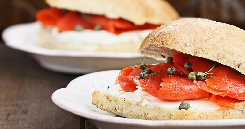 Sandwich au saumon fumé, épinards et fromage frais